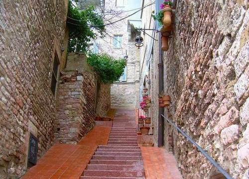 Asizi, italijanski grad saksija i fenjera