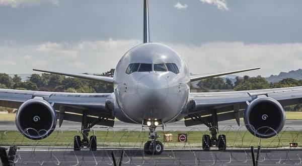 Avion prinudno sleteo zbog tuče stjuardesa