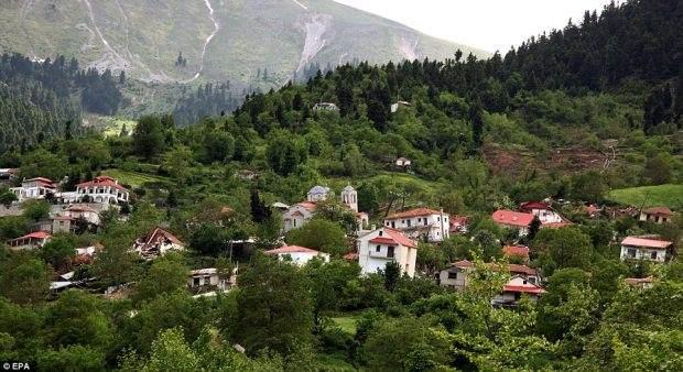 Posetite ovo Grčko selo pre nego što ga zemlja proguta